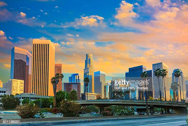 高層ビルのロサンゼルス日没のスカイラインカリフォルニア州、雲