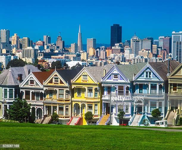 Rascacielos de la ciudad de San Francisco, de casas victorianas bella dama