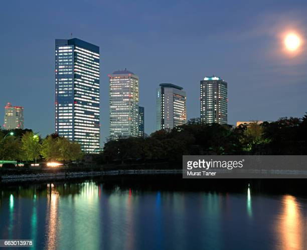 skyscrapers reflecting into osaka castle moat - 大阪ビジネスパーク ストックフォトと画像