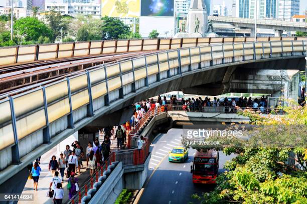 bts skytrain and pedestrian bridges - menschengruppe stock pictures, royalty-free photos & images