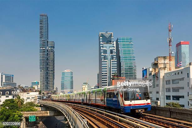 skytrain in bangkok - バンコク・スカイトレイン ストックフォトと画像