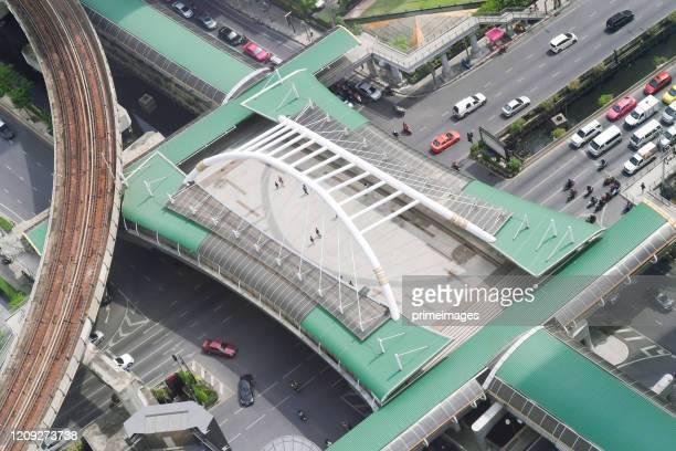空を歩くナラティワス・サトーン。バンコク、タイ、cbdのダウンタウンにあるスカイ駅チョンノンシでのスカイウォーク - シーロム ストックフォトと画像