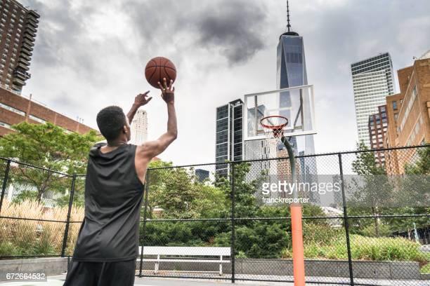 slam dunk in new york city - korb werfen stock-fotos und bilder