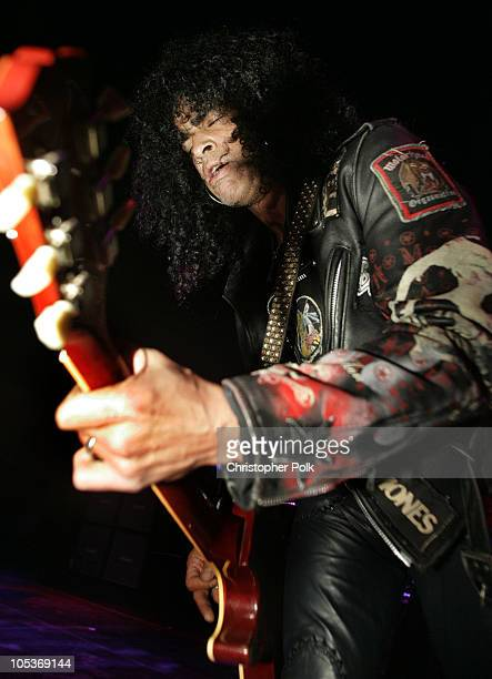 Slash of Velvet Revolver surprises thousands of people with a free performance in Hollywood prior to kicking off their headlining tour