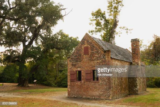 slave cabin at boone hall plantation - boone hall plantation stock pictures, royalty-free photos & images