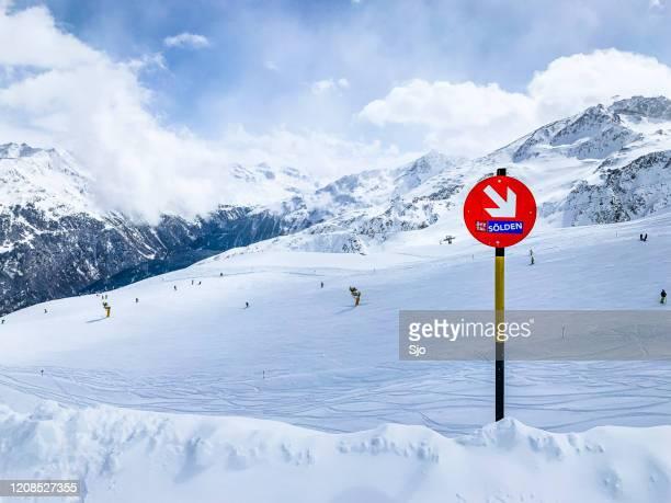 """sölden skipiste in de tiroler alpen in oostenrijk tijdens een mooie winterdag - """"sjoerd van der wal"""" or """"sjo"""" stockfoto's en -beelden"""