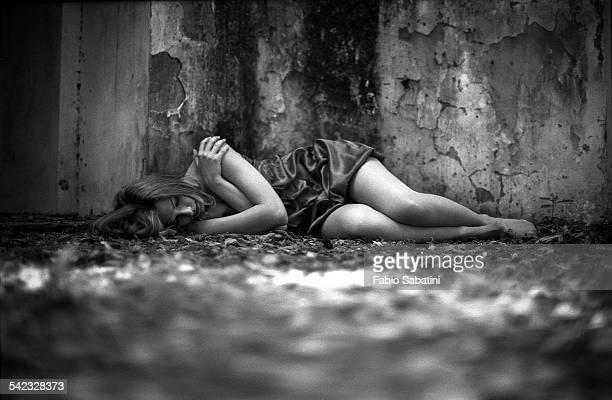 sleep - mujer violada fotografías e imágenes de stock
