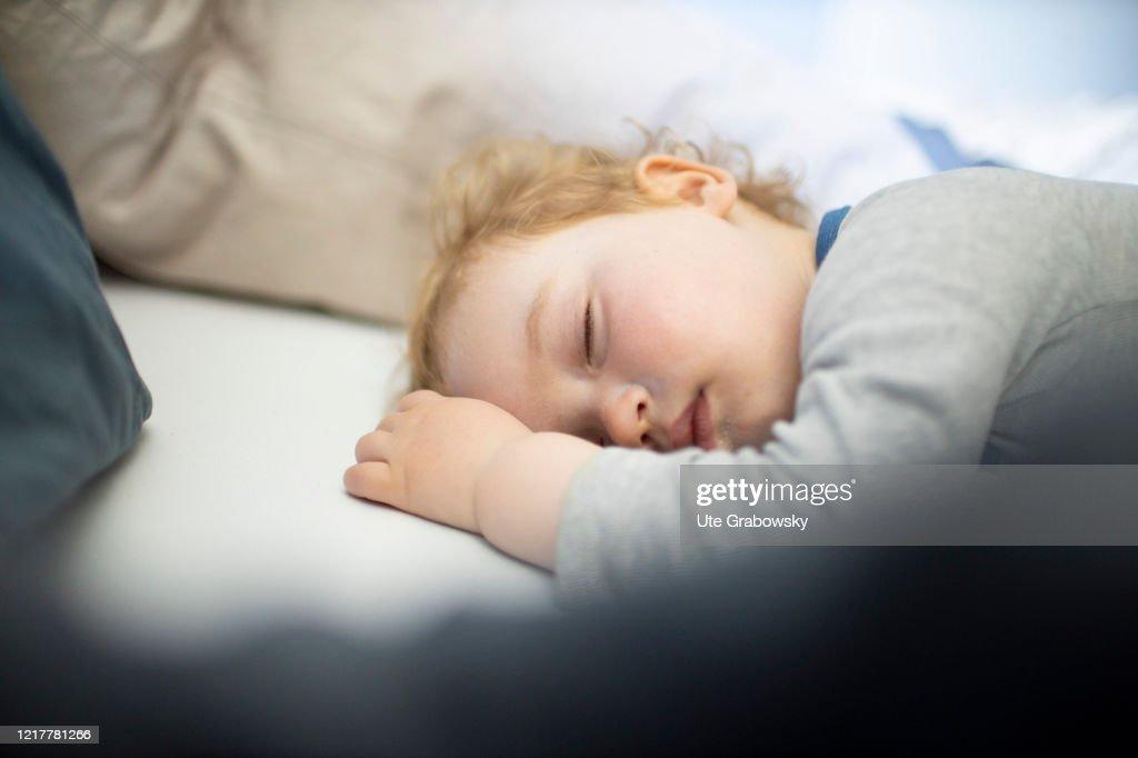 Sleeping child : News Photo