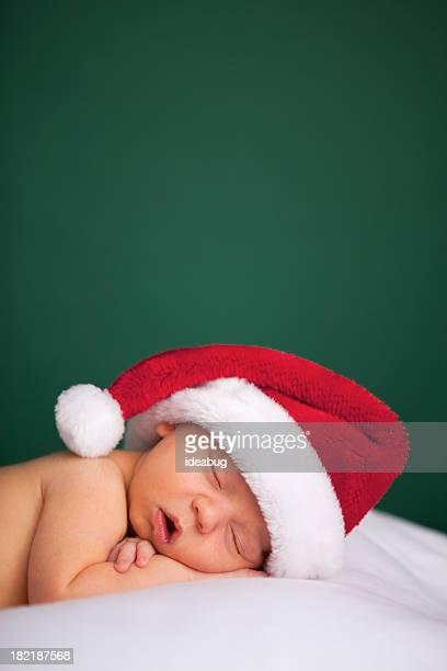 Schlafen neugeborene Baby mit Weihnachtsmütze für Weihnachten