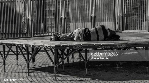 sleeping on the street in the sun - vicente méndez fotografías e imágenes de stock