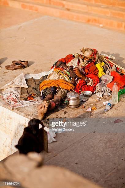 sleeping sadhu on ganga river bank - merten snijders imagens e fotografias de stock