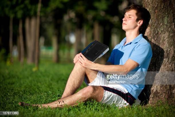 Schlafen student im city park