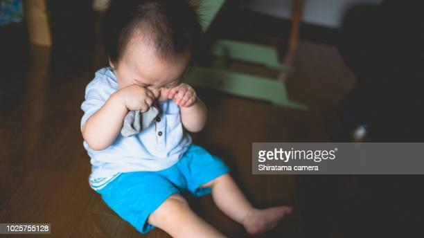 sleepy baby - 1歳以上2歳未満 ストックフォトと画像