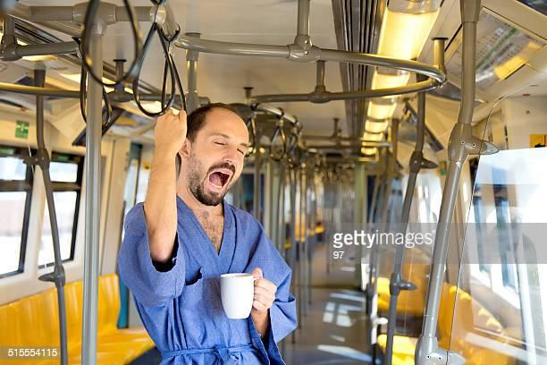 sleepy Mann in der U-Bahn und Trinken Kaffee