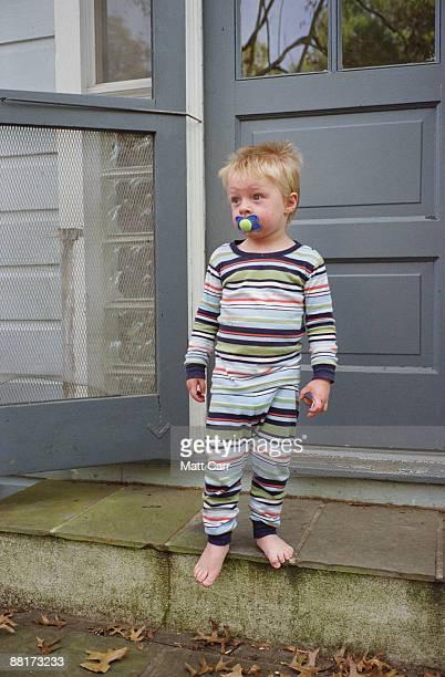 sleepy toddler in pajamas standing on doorstep - twickenham stoop stadium - fotografias e filmes do acervo