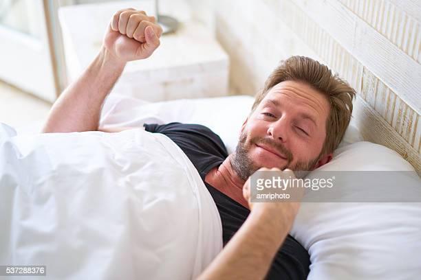 スリープ若い男性お目覚めの後