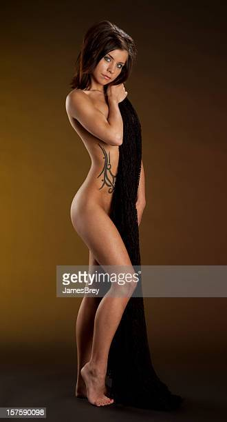Schlanke schöne Nackte Frau stehend In künstlerischen Pose