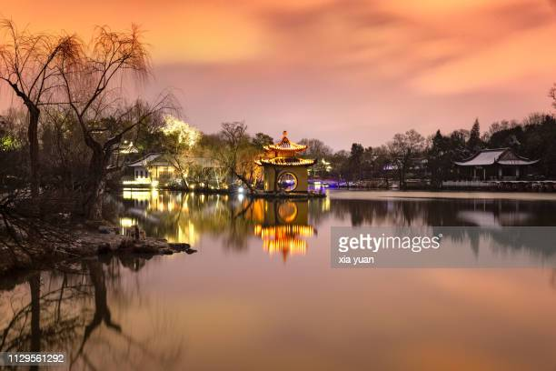 slender west lake at dusk,yangzhou,china - yangzhou foto e immagini stock