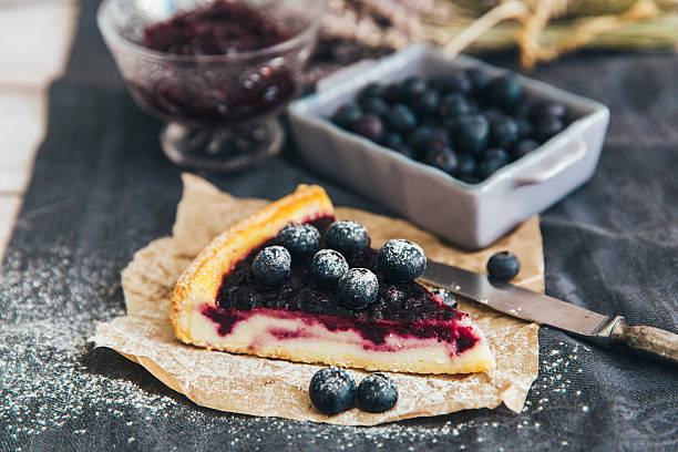 slice of blueberry pie with blueberries and jam - 芝士蛋糕 個照片及圖片檔