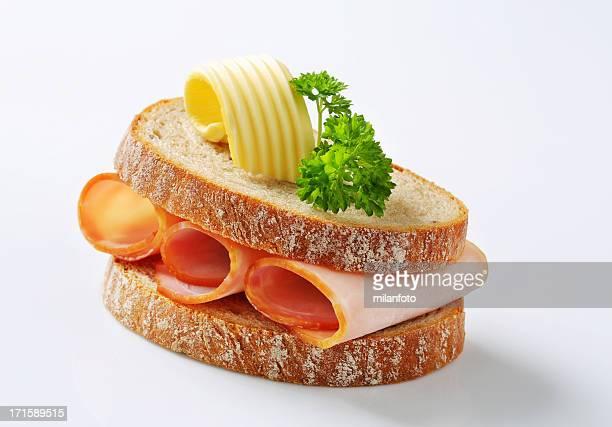 Tranche de pain avec du jambon fumé