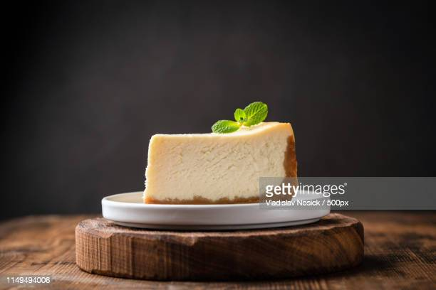 slice of cheesecake with mint leaf - torta di ricotta foto e immagini stock