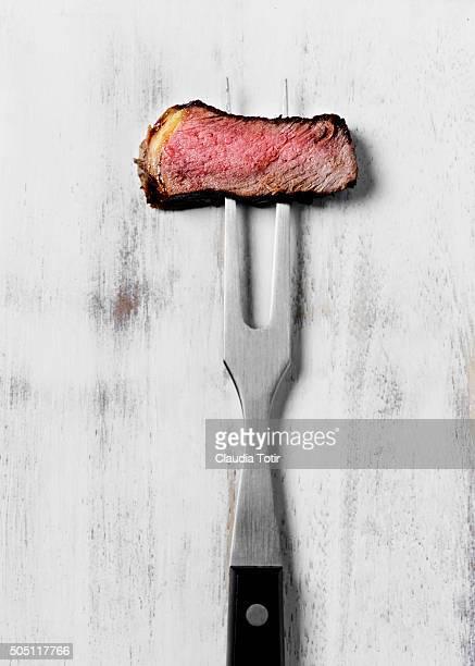 slice of steak - fourchette photos et images de collection