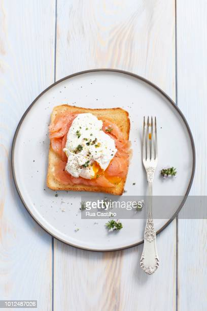 slice of toast topped with smoked salmon and a poached egg - rua stock pictures, royalty-free photos & images