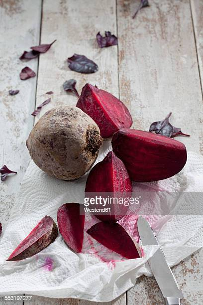Sliced and whole beetroot on kitchen paper