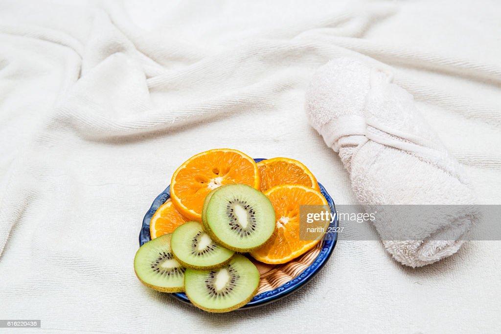 sliced Kiwi fruit, citrus Orange towel : Photo