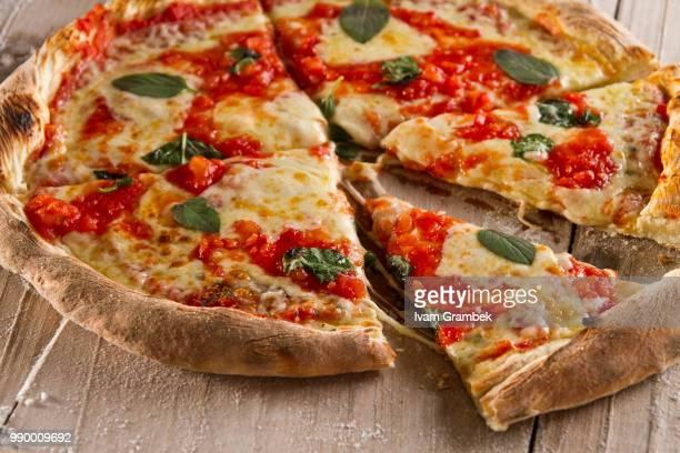 sliced pizza - crosta di formaggio foto e immagini stock