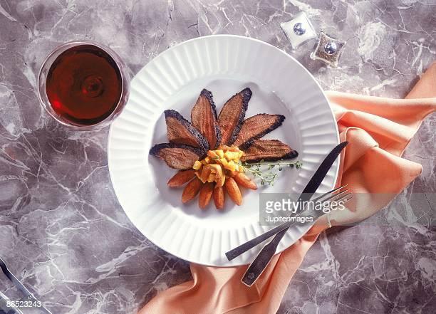 sliced venison with papaya and wine - carne de cervo - fotografias e filmes do acervo