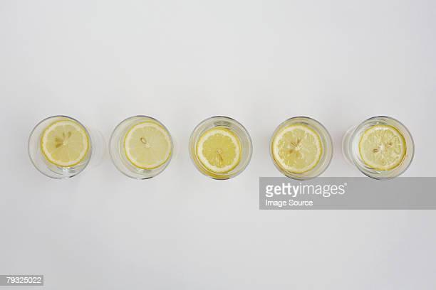 Einer Scheibe Zitrone in Glas Wasser