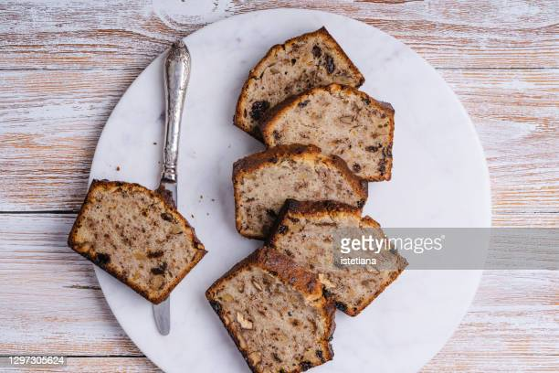 slices of moist banana bread - banana loaf stockfoto's en -beelden