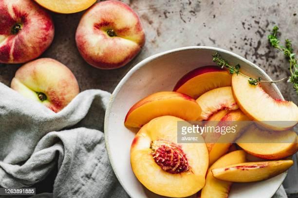 ボウルに熟した桃のスライス。 - モモ ストックフォトと画像