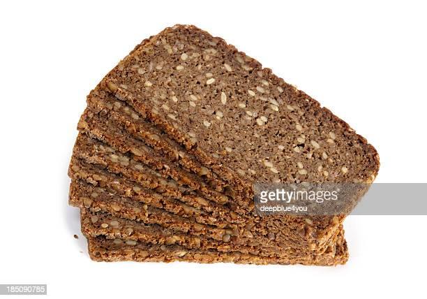 Tranches de pain de seigle sur fond blanc