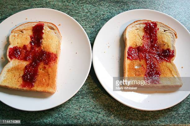 slices of toast with england flag in red jam - bandiera inglese foto e immagini stock