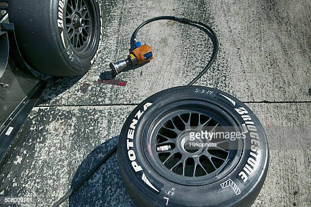 slick racing car tire change - pit stop stock pictures, royalty-free photos & images
