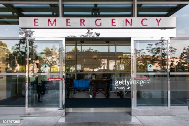 sliding doors of emergency room in hospital - hospital imagens e fotografias de stock