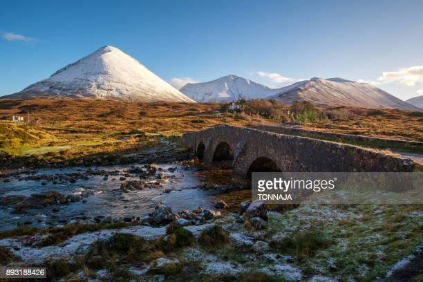 sligachan brige, isle of skye, highland, uk - cultura escocesa imagens e fotografias de stock