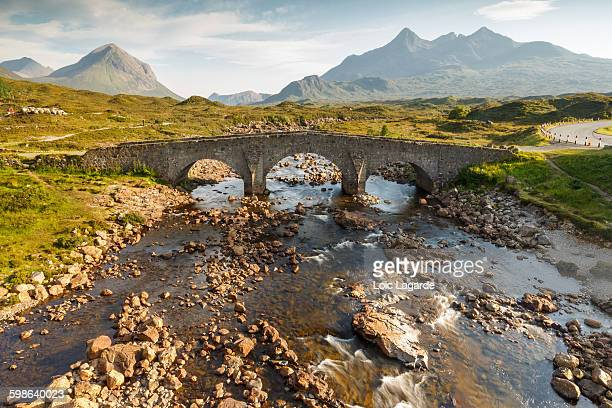 sligachan old bridge in the isle of skye, scotland - glen sligachan photos et images de collection