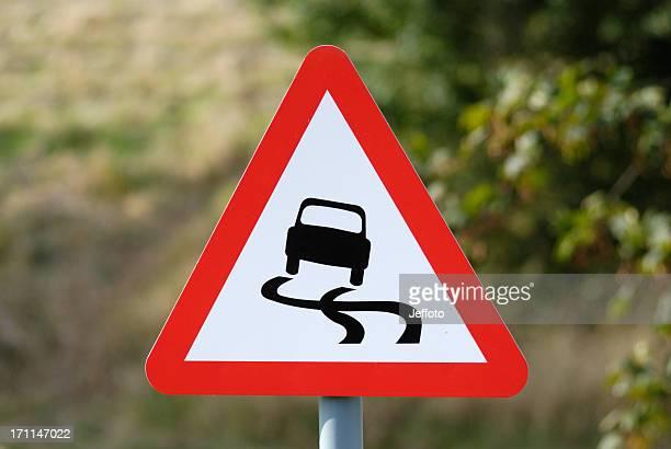 Rutschigen Straße-Warnschild mit Gefahr voraus