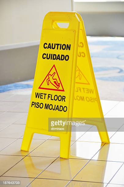 slippery when wet placa - molhado - fotografias e filmes do acervo