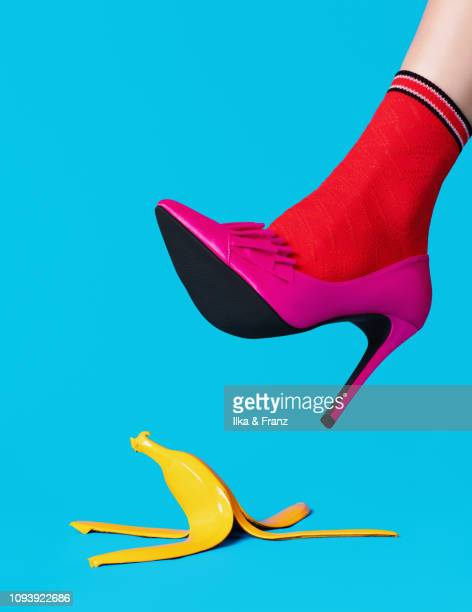 slipping on a banana peel - chaussures photos et images de collection