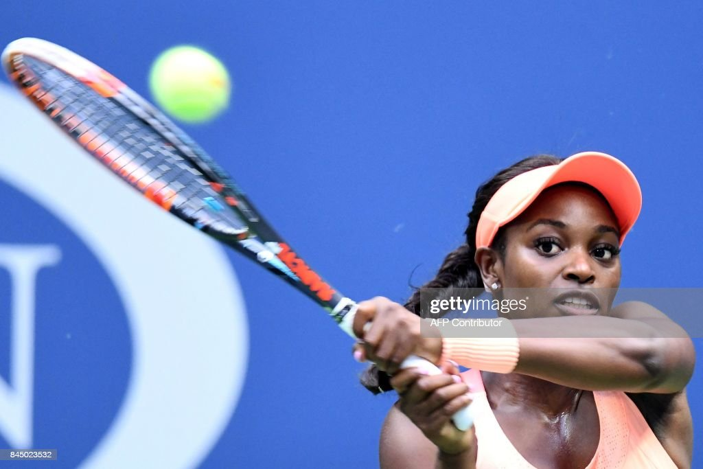 TOPSHOT - Sloane Stephens of the US returns the ball to compatriot Madison Keys during their 2017 US Open Women's Singles final match at the USTA Billie Jean King National Tennis Center in New York on September 9, 2017. Sloane Stephens, sidelined for 11 months by a left foot injury until returning in July, captured her first Grand Slam title by routing fellow American Madison Keys 6-3, 6-0 in Saturday's US Open final. / AFP PHOTO / Jewel SAMAD
