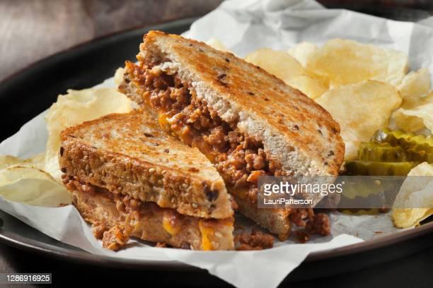 sloppy joe gegrilltkäse sandwich mit süßen gurken und kartoffelchips - sloppy joe, jr stock-fotos und bilder