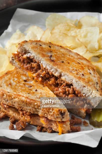sanduíches de queijo grelhados sloppy joe com picles doces - sloppy joe, jr - fotografias e filmes do acervo