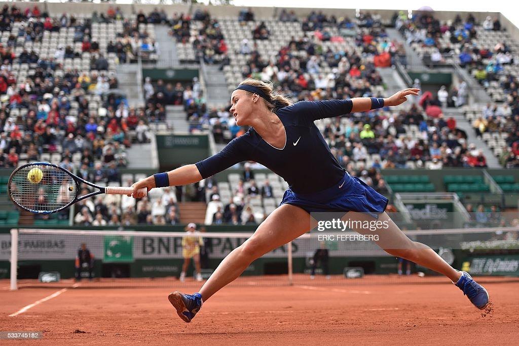 TOPSHOT - Slovakia's Anna Karolina Schmiedlova returns the ball to Spain's Garbine Muguruza during their women's first round match at the Roland Garros 2016 French Tennis Open in Paris on May 23, 2016. / AFP / Eric FEFERBERG