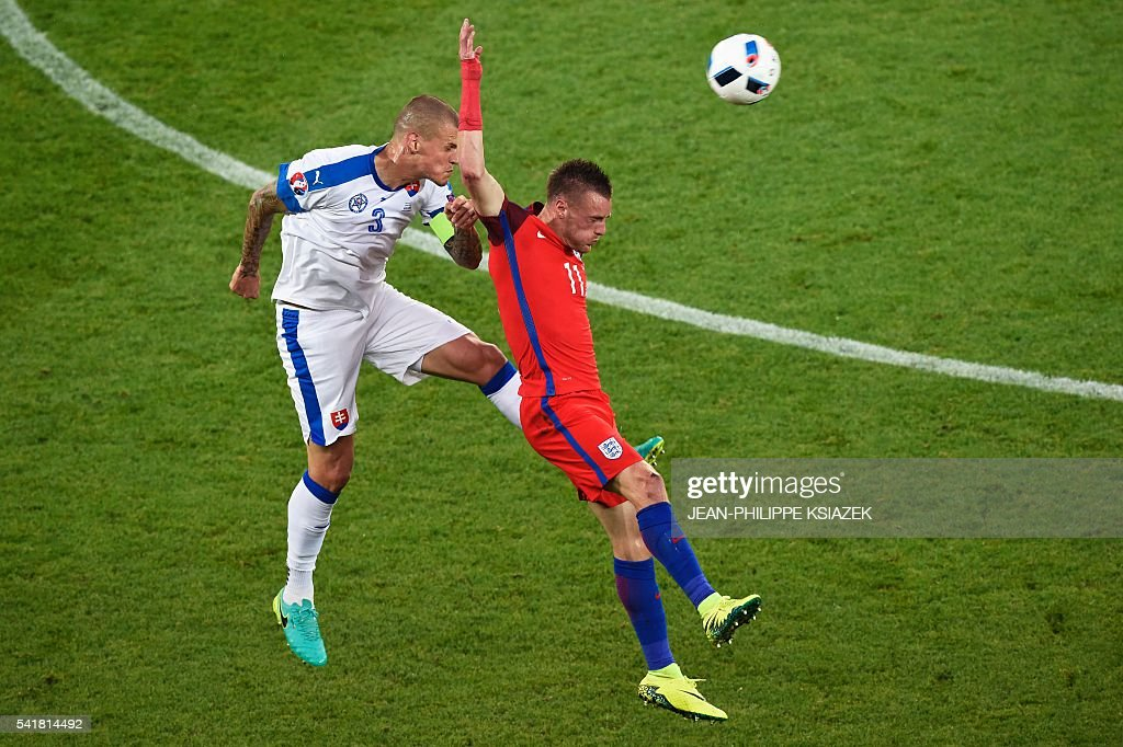 TOPSHOT - Slovakia's defender Martin Skrtel (L) vies with England's forward Jamie Vardy during the Euro 2016 group B football match between Slovakia and England at the Geoffroy-Guichard stadium in Saint-Etienne on June 20, 2016. / AFP / JEAN