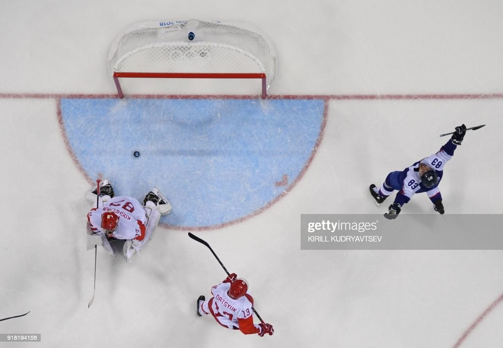 Slovakia's Martin Bakos (R) celebrates after a goal was scored in the men's preliminary round ice hockey match between Slovakia and Olympic Athletes from Russia during the Pyeongchang 2018 Winter Olympic Games at the Gangneung Hockey Centre in Gangneung on February 14, 2018. / AFP PHOTO / Kirill KUDRYAVTSEV