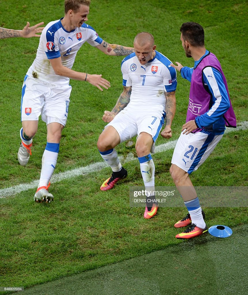 Slovakia's midfielder Vladimir Weiss (C) celebrates his goal with teammates during the Euro 2016 group B football match between Russia and Slovakia at the Pierre-Mauroy Stadium in Villeneuve-d'Ascq, near Lille, on June 15, 2016. / AFP / DENIS